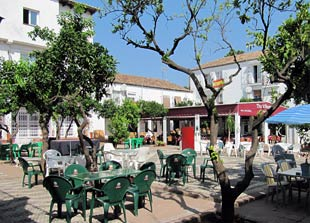 Plaza Monica, Las Chapas, Village Inn